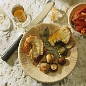 Spanische Tapas: Garnele, Champignons, Olive und Kaper