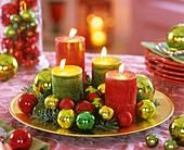 Adventskranz mit Kerzen und Weihnachtsbaumkugeln