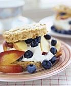 Biscuit Shortcake mit Heidelbeeren und Pfirsich (USA)