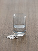 Wasserglas mit Tabletten