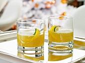 Citrus Sour Cocktails auf Silbertablett