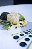 Aufgeschäumter Lakritzsirup auf Zucchini (Molekularküche)