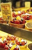 Obsttörtchen in einer Konditorei