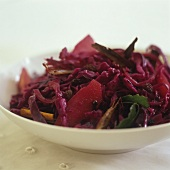 Apple and red cabbage with raisins (side dish)