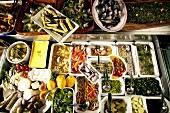 Buffet eines Restaurants mit Antipasti & mediterranen Speisen