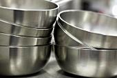 Gestapelte Metallschüsseln