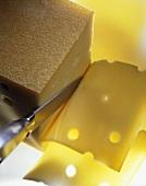 Slicing Bergkäse (Alpine cheese)