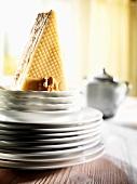 Ein Stück Walnusskuchen auf einem Stapel Teller