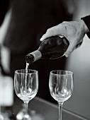 Weisswein eingiessen