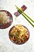 Asiatische Teigtasche auf Gemüsenudeln