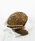 Ein angeschnittenes Fitness-Brot