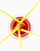Gelbe Strohhalme in Glas mit rotem Getränk (von oben)