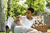 Junges Pärchen entspannt beim Picknick