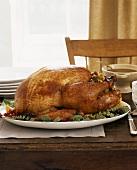 Ein Truthahn auf einer Platte zu Thanksgiving