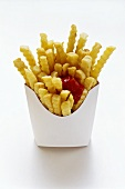 Pommes frites mit Ketchup in Fast-Food-Box