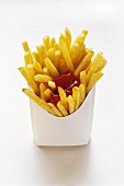 Pommes frites mit Ketchup in Fast-Food Box