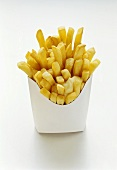 Pommes frites mit Mayonnaise in weisser Fast-Food-Box