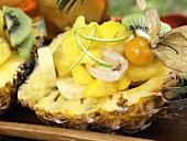 Exotischer Früchtesalat in ausgehöhlter Ananas