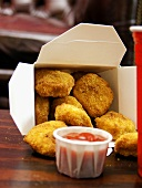 Chicken Nuggets in Fast-Food-Box mit Ketchup