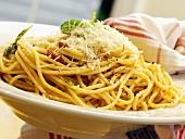 Spaghetti mit Tomatensauce und Parmesan servieren