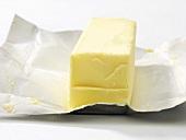 Stück Butter auf Einwickelpapier