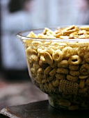 Knabberzeug (Cerealien und Nüsse) in Glasschale