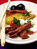 Antipastiteller mit mariniertem Gemüse und Grissini