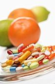 Vitamintabletten und Zitrusfrüchte