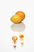 Löffel mit Vitamintabletten, Zitrone und Orange