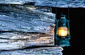 Öllampe an Holzbalken