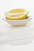 Eine Zitronenhälfte in einem Schälchen