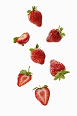Erdbeeren, ganz und halbiert
