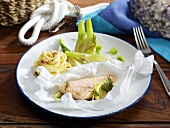Salmon baked in parchment paper with tagliatelle and fennel