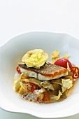 Wolfsbarschfilet mit Artischocken, Tomaten und geschmorten Zwiebeln