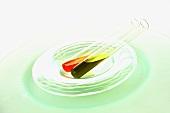 Chiliöl und Olivenöl in Glasröhrchen