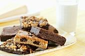 Verschiedene Brownies und Blondies, Milchglas