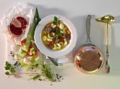 Pot au Feu mit Zutaten, Kochtopf und Kelle