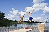 Paar springt ins Wasser