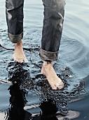 Mit den Füßen im Wasser