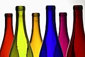 Mehrere bunte Weinflaschen