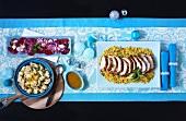 Marokkanischer Putenbraten in Scheiben auf Couscous, dazu Blumenkohl und Salat (Von Oben)