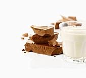 Milchglas und Schokoladenstücke