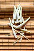 Zitronengras auf Bambusmatte