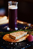 Paté auf Brot und ein Glas Rote-Bete-Saft