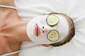 Frau trägt eine Gesichtsmaske