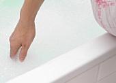 Hand in der Badewanne