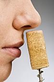 Eine Frau riecht an Korken