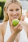 Eine Frau hält einen Apfel