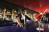 Cocktail und Barkeeper