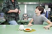 Männer im Diner kurz vor einer Schlägerei